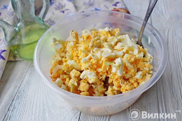 Добавление яиц к капусте