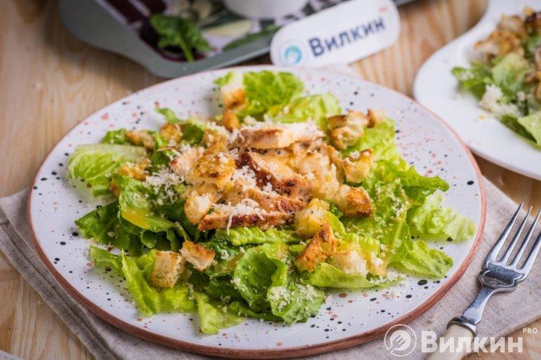 Классический салат «Цезарь» с курицей
