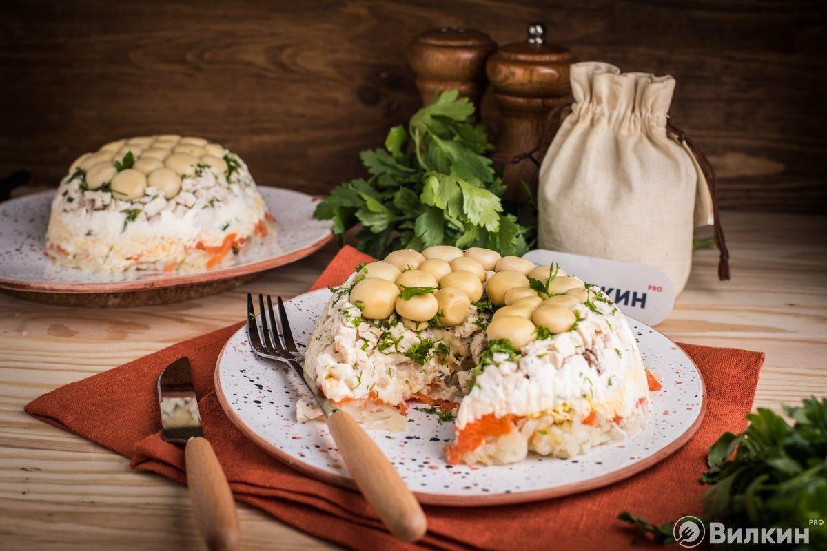Салат с грибами, курицей и картошкой