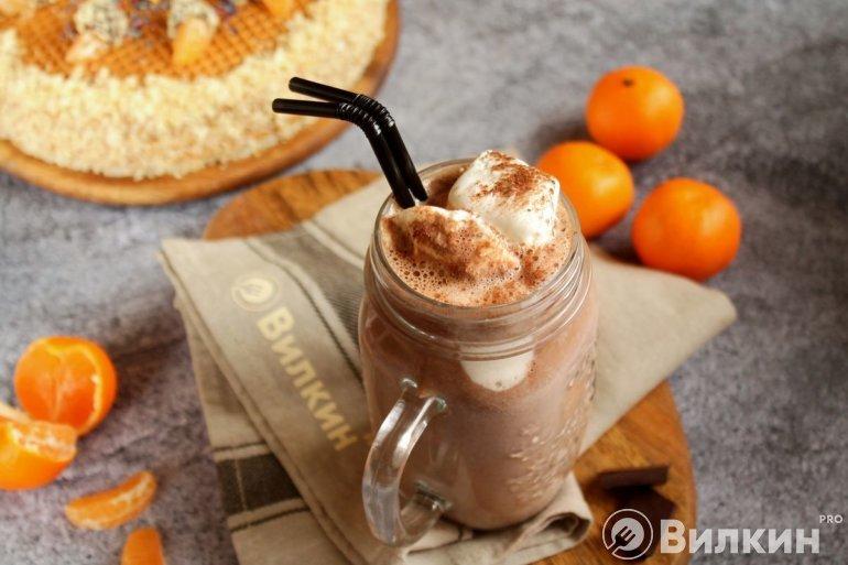 Шоколадный молочный коктейль с мороженым