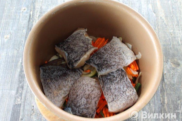 закладка кусочков щуки к овощам