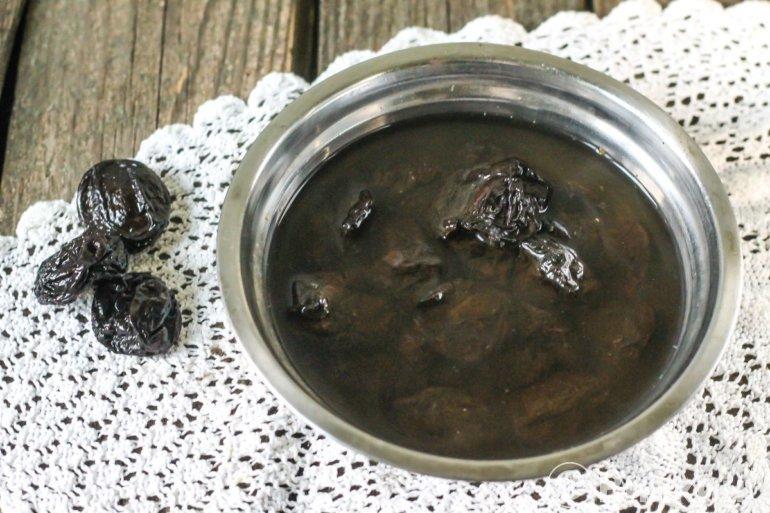 чернослив в миске с водой