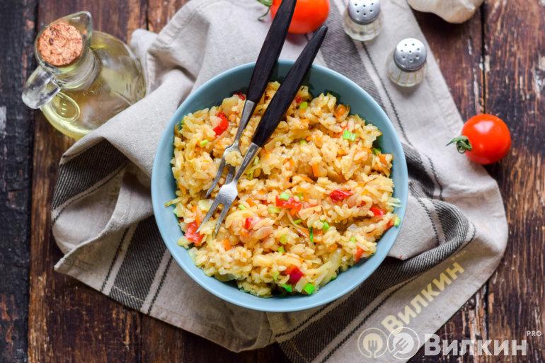 порция вкусного риса с капустой