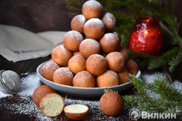 жареные творожные шарики на праздничном столе