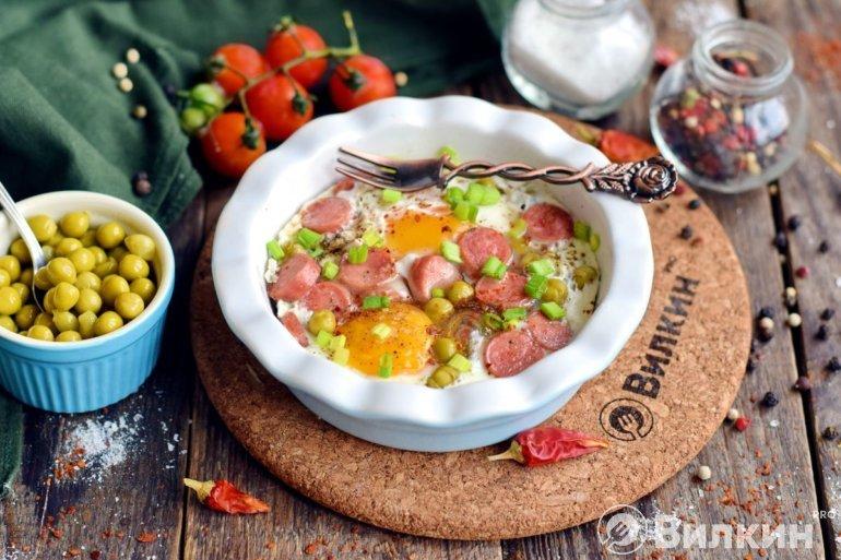 яичница с сосисками и зеленым горошком