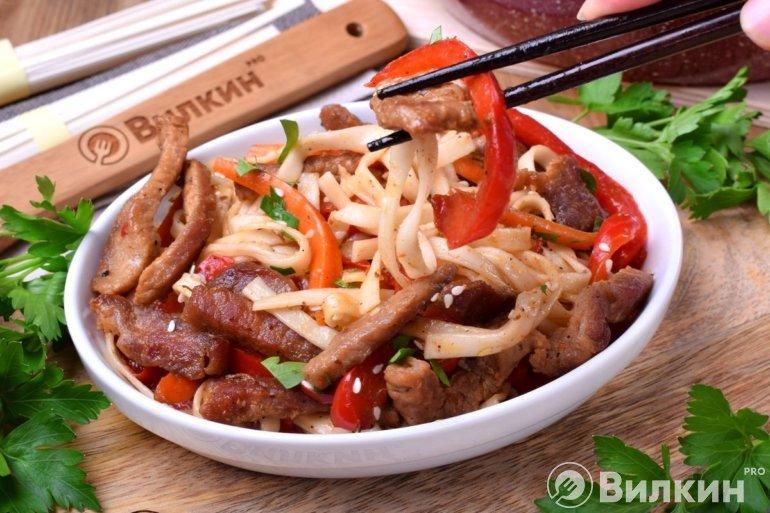 порция японской лапши с мясом