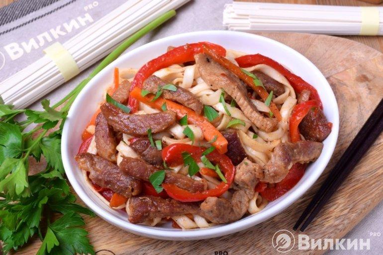 Удон со свининой и овощами