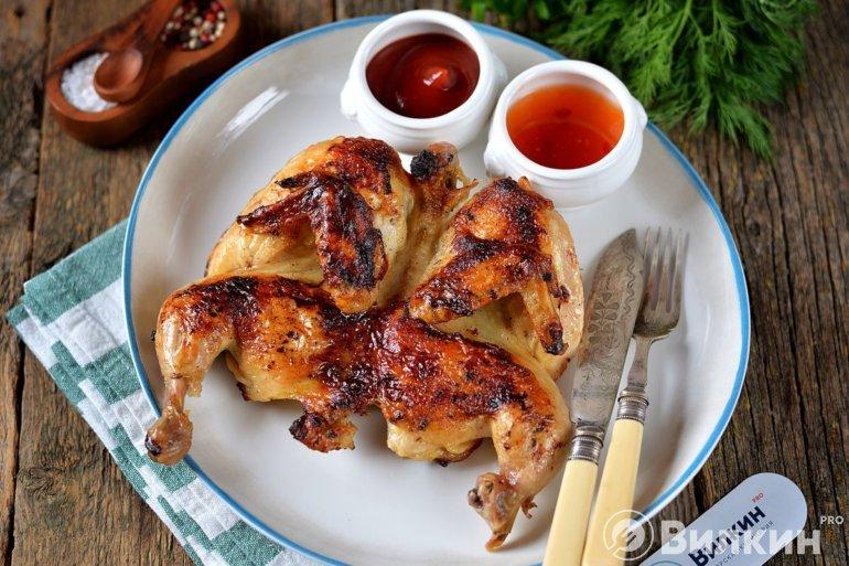 Жареная курица с чесноком на сковороде