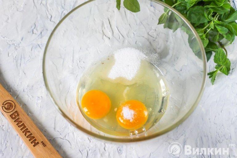 яйца, соль и сахар