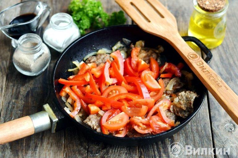 Добавление овощей в сковороду