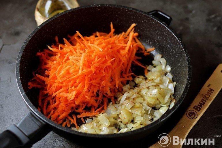 Закладка к луку тертой моркови