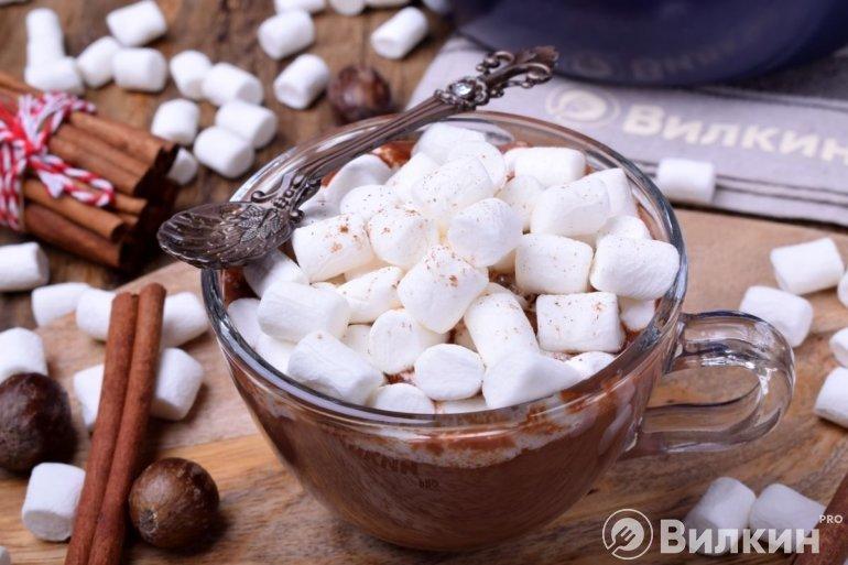 Горячий какаовый напиток с воздушными маршмеллоу