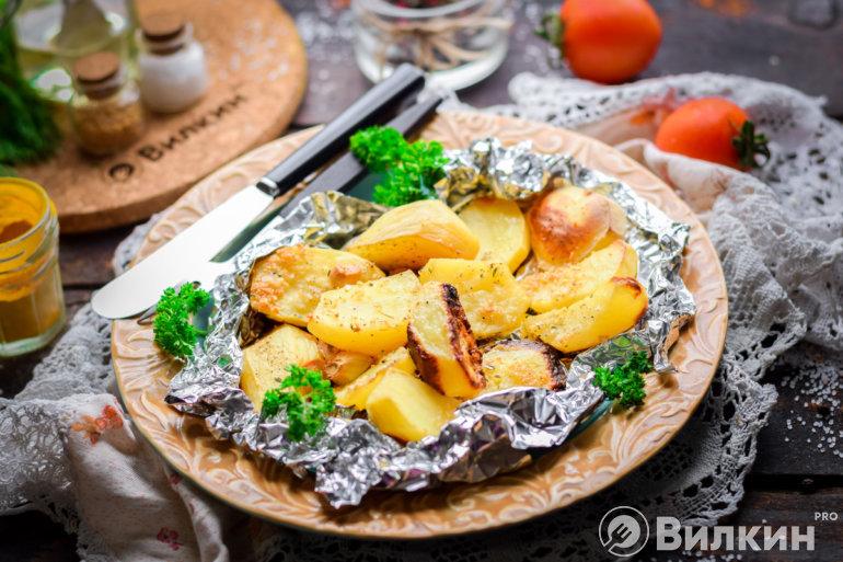 Вкусная картошка, запеченная в фольге с чесноком