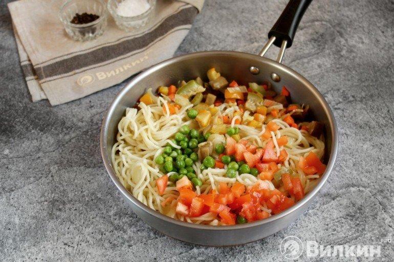 Соединение овощной смеси с пастой и зеленью