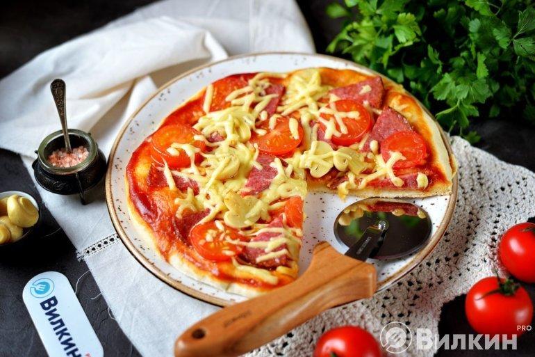 Горячая пицца с колбасой и грибами