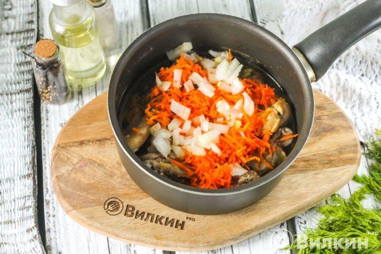 Добавление лука и моркови
