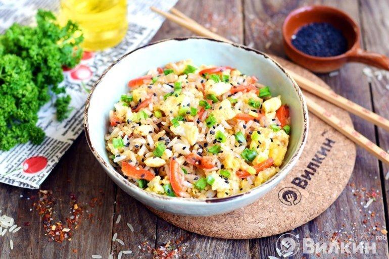 Порция вкусного риса с яйцом по-китайски