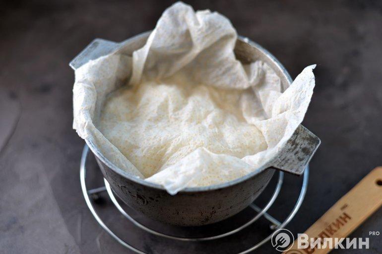 Накрытие риса мокрыми полотенцами