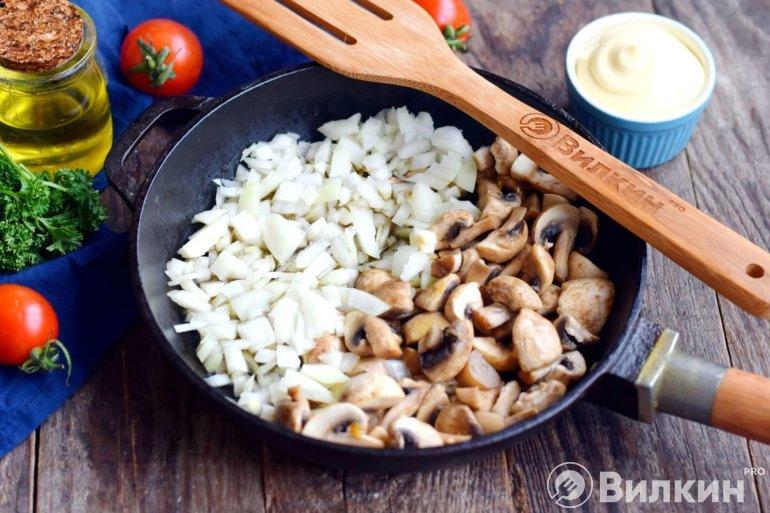 Обжаривание грибов с луком