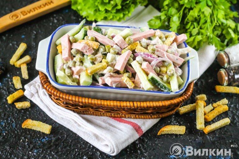 Салат с колбасой и кириешками