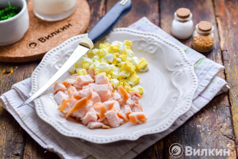 Курица и яйца на тарелке
