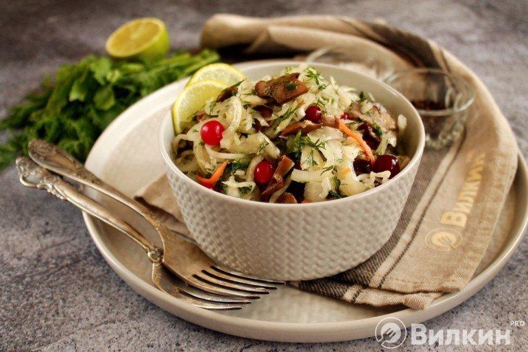 Салат из квашеной капусты с жареными грибами