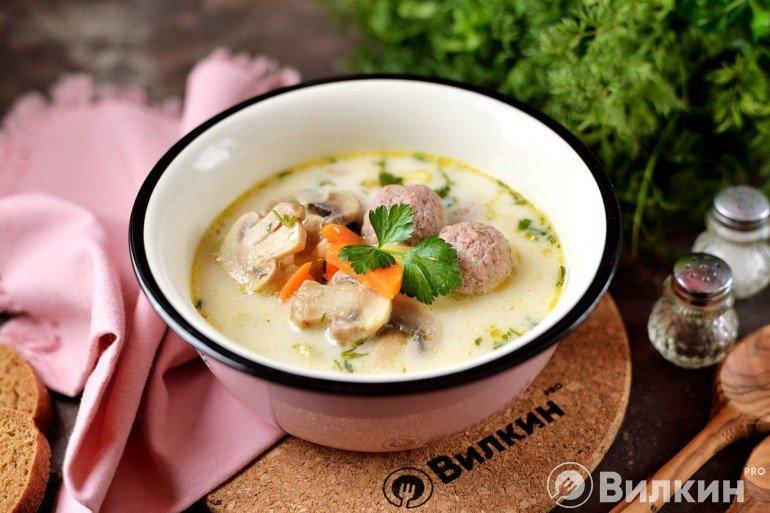 Порция супа с плавленым сыром и фрикадельками