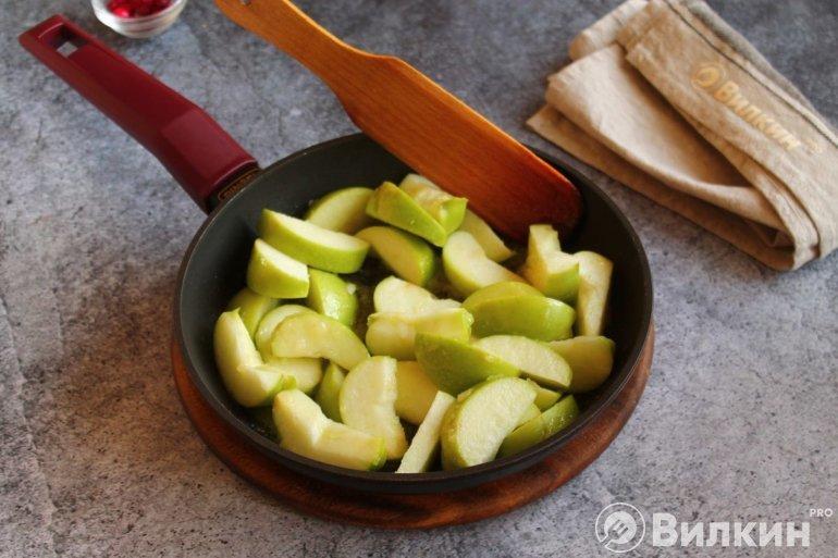 Яблочные дольки в карамели