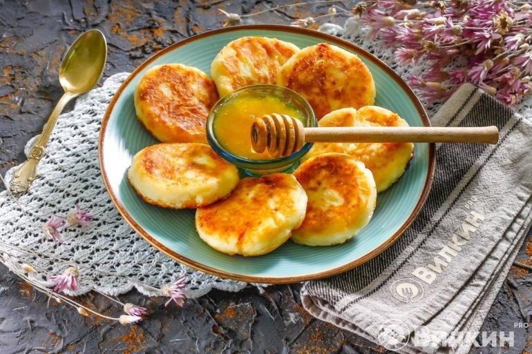 Классические сырники с медом