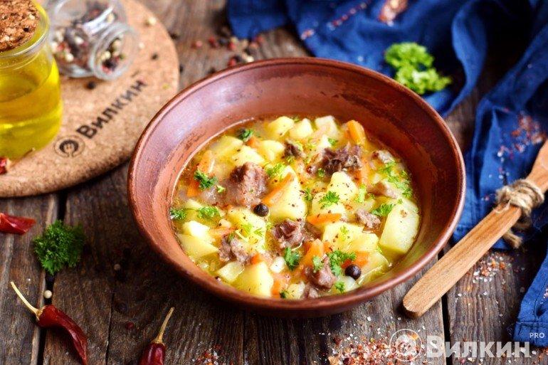 Готовая картошка с тушенкой на обед