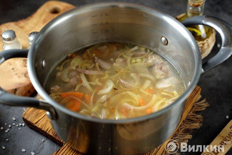 Добавление овощей и воды