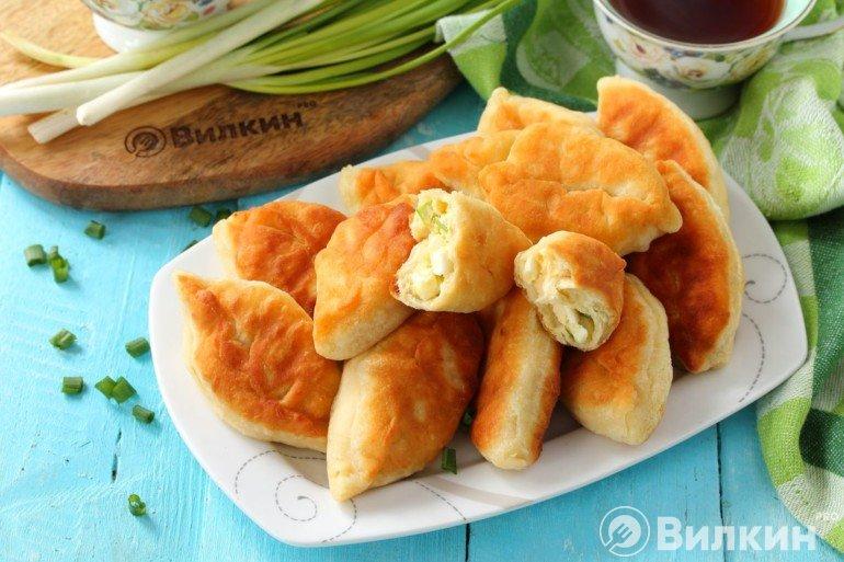 Румяные пирожки с яйцом и луком на скорую руку