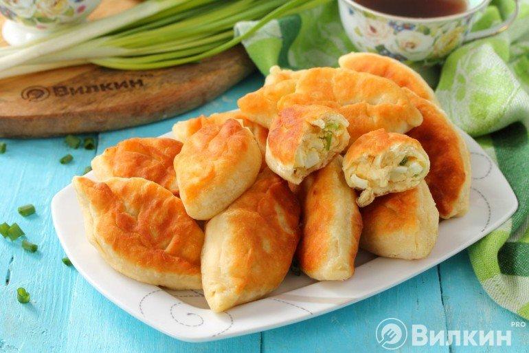 Быстрые жареные пирожки с зеленым луком и яйцом