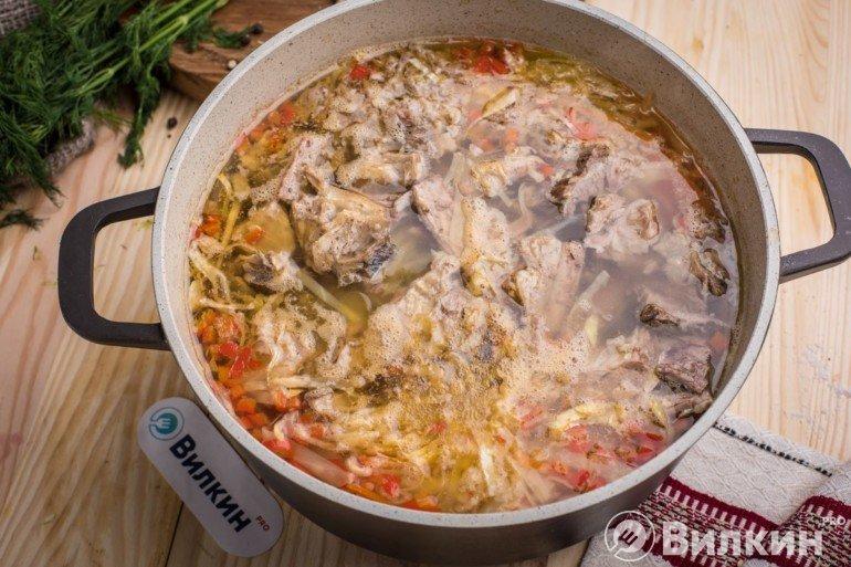 Закладка мяса в кастрюлю
