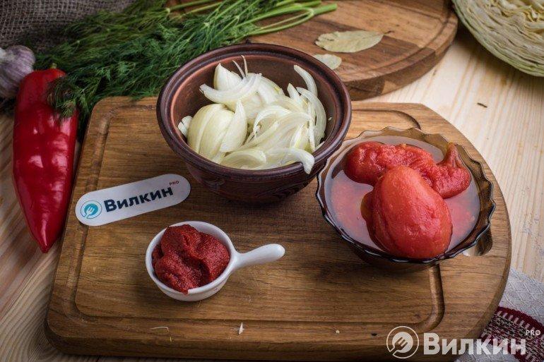 Помидоры и томатная паста с луком