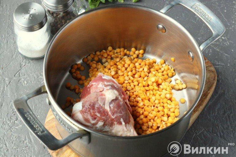 Закладка гороха и мяса в кастрюлю