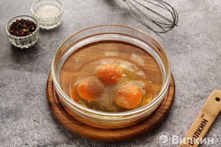 Яйца в миске со специями
