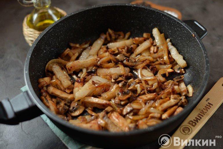 Закладка грибов в сковороду