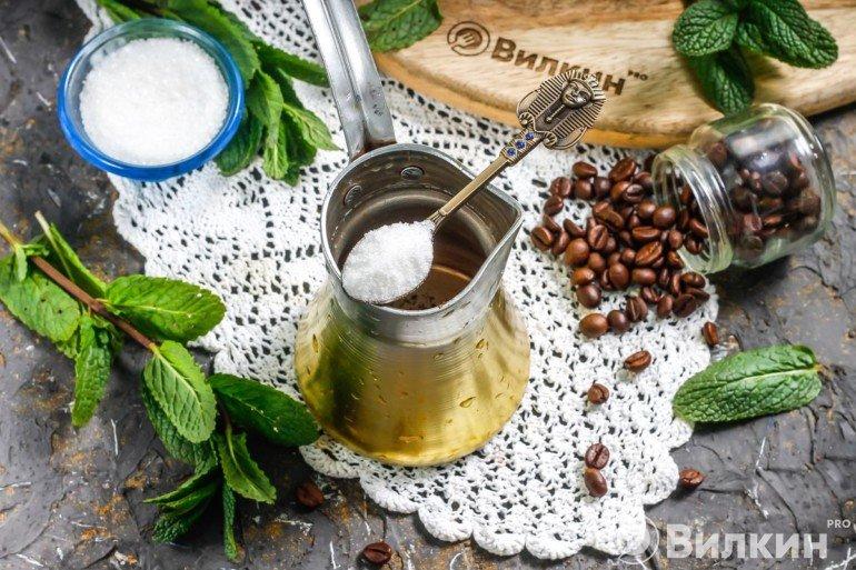 Добавление сахара в турку