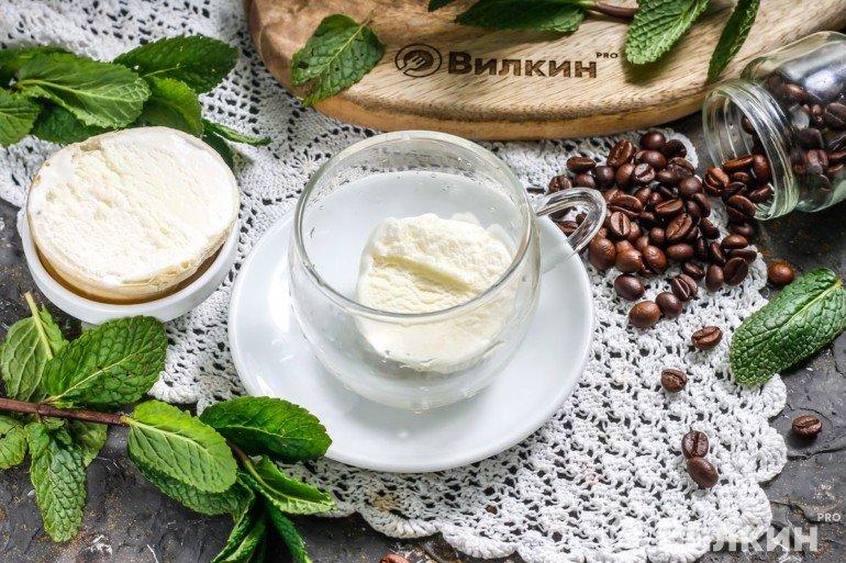 Шарик мороженого в кружке