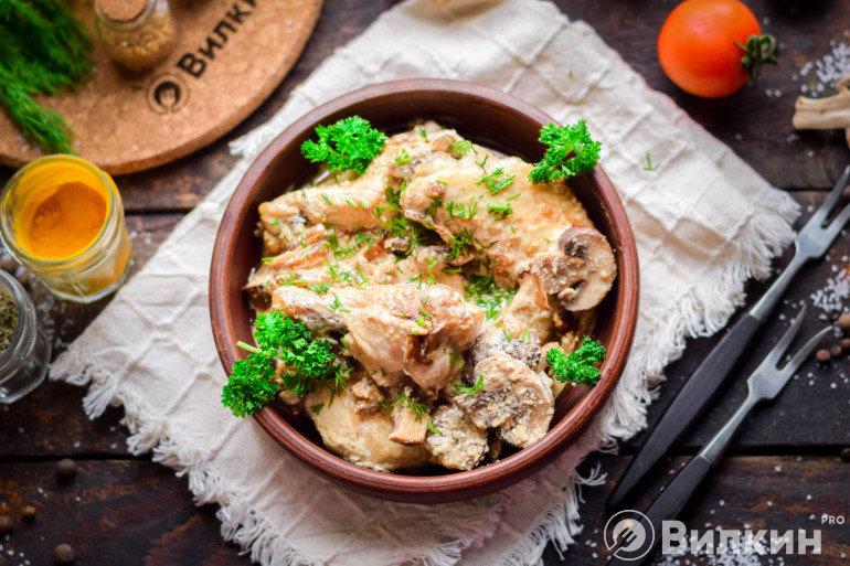 Куриные крылышки с грибами в соусе из сметаны