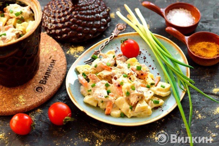 Подача картошки с курицей и овощами