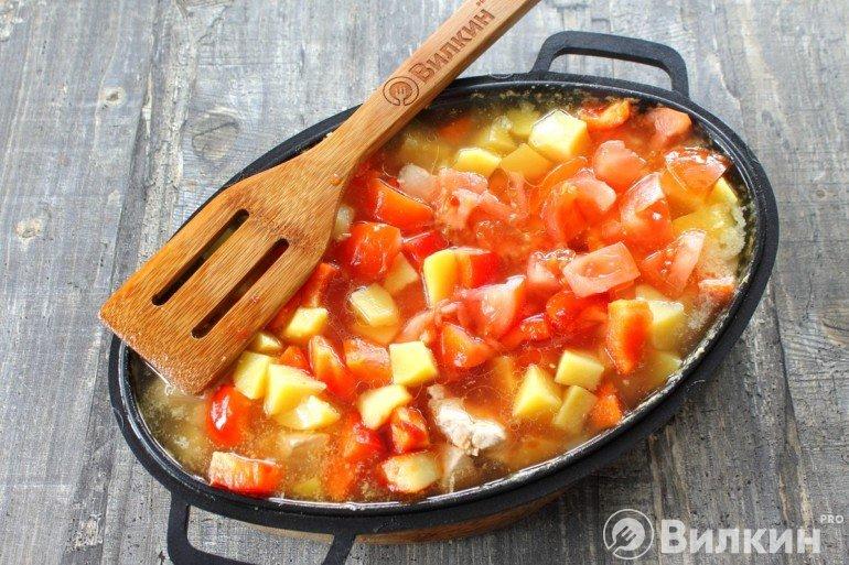 Добавление томатов в блюдо