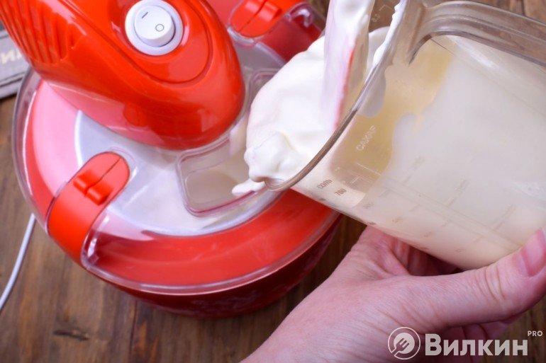 Загрузка сливочной массы в мороженицу