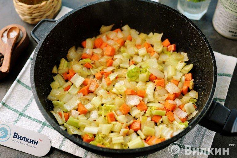 Лук, сельдерей и морковь на сковороде