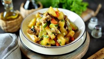 Овощное рагу с картошкой и кабачками