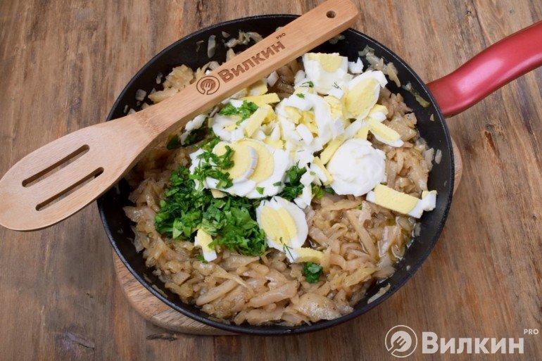 Добавление яиц с зеленью к капусте