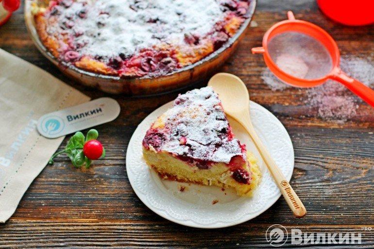 Пирог с замороженной вишней и творогом