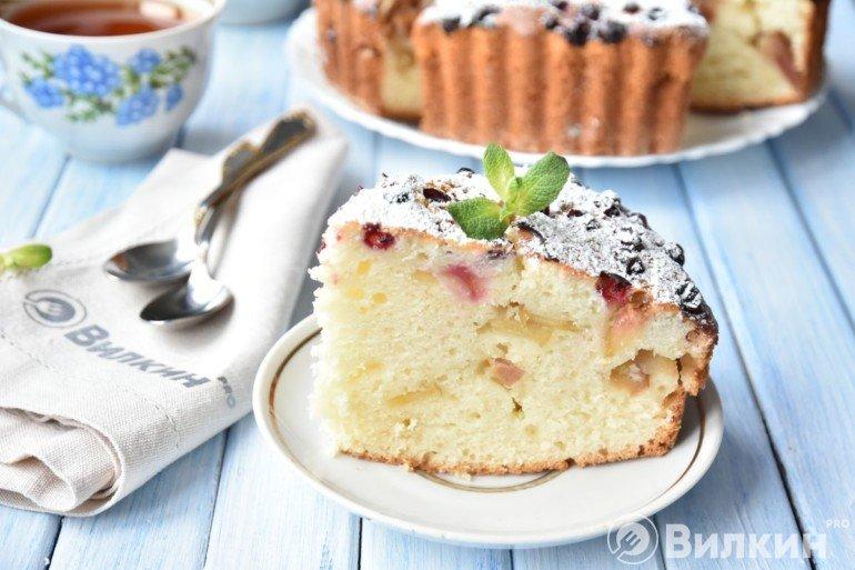 Пирог шарлотка с яблоками и клюквой