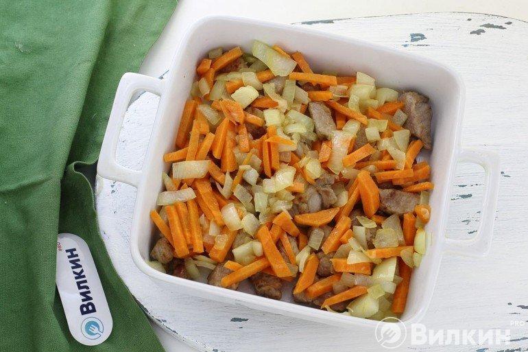 Перекладывание обжаренных овощей в форму